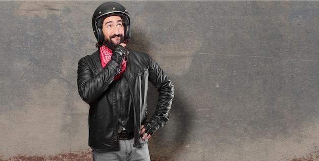 Denkender oder zweifelnder motorradfahrer