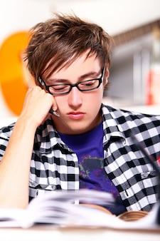 Denkender student zu hause