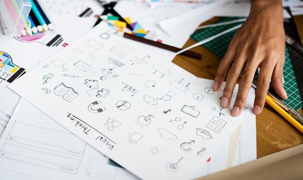 Denkendes zeichnen des visuellen designs auf dem papier