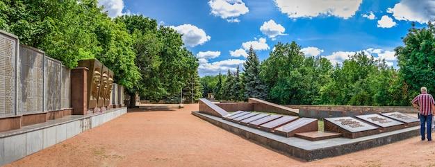 Denkmal des großen vaterländischen krieges auf den heiligen bergen in svyatogorsk oder sviatohirsk, ukraine, an einem sommertag