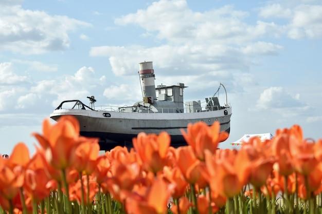 Denkmal für das militärboot vor dem hintergrund von tulpen