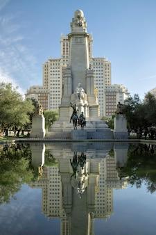 Denkmal für miguel de cervantes auf der plaza de espana in madrid.