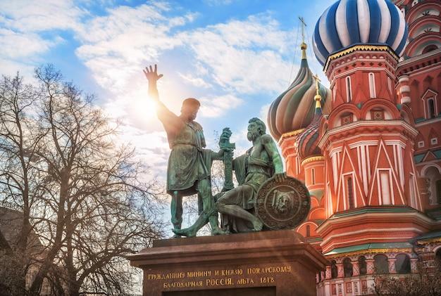 Denkmal für minin und pozharsky auf dem roten platz in moskau