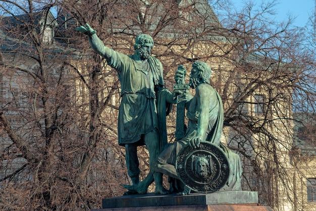 Denkmal für minin und pozharsky durch die st. basils kathedrale in moskau, russland. geschichts- und kulturkonzept.