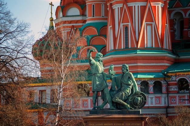 Denkmal für minin und pozharsky durch die st. basils kathedrale in moskau, russland.