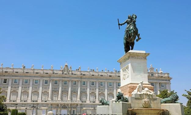 Denkmal für philipp iv. von spanien mit dem königspalast von madrid am th