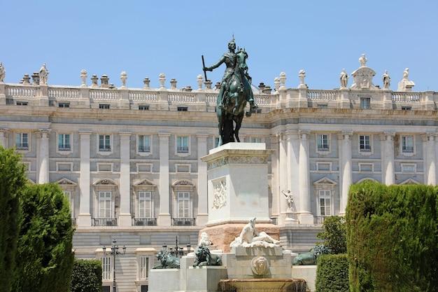 Denkmal für philipp iv. von spanien mit dem königspalast von madrid, spanien