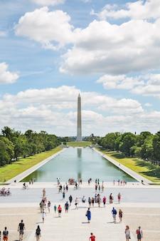 Denkmalbereich mit touristen, die in washington mit dem obelisken im hintergrund gehen