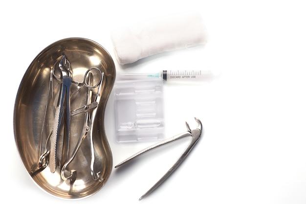 Dentalgeräte in steriler verpackung isoliert