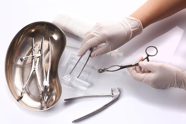 Dentalgeräte in steriler verpackung mit arzthand