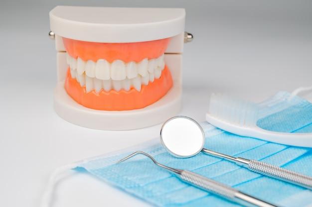 Dentalwerkzeuge auf weißem hintergrund. medizintechnikkonzept. zahnhygiene. heilungskonzept. zahnarztwerkzeuge. zahnärztliche ausrüstung.