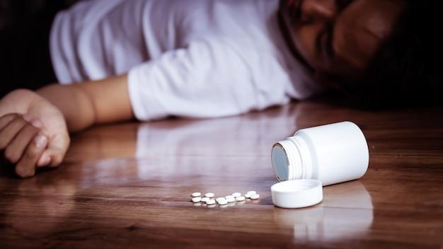 Depressionsmann, der selbstmord begeht, indem er auf medikation überdosiert.