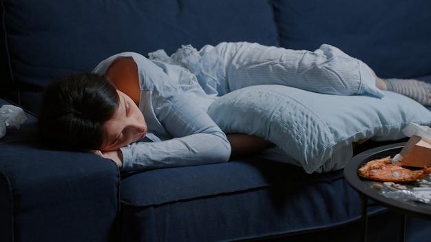 Depressive enttäuschte frau mit gebrochenem herzen wegen trennungsweinen
