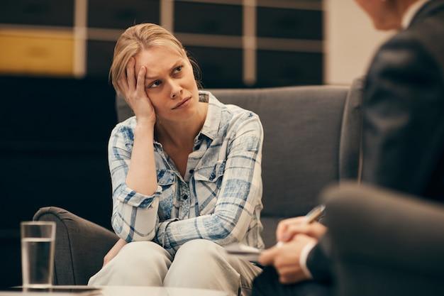 Depressive frau, die psychologin besucht