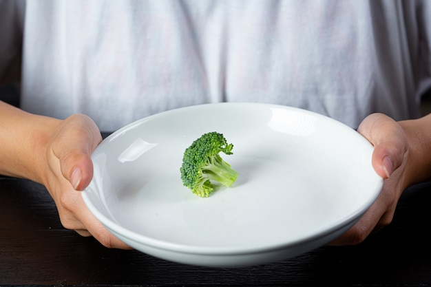 Depressive frau hungrig von diät