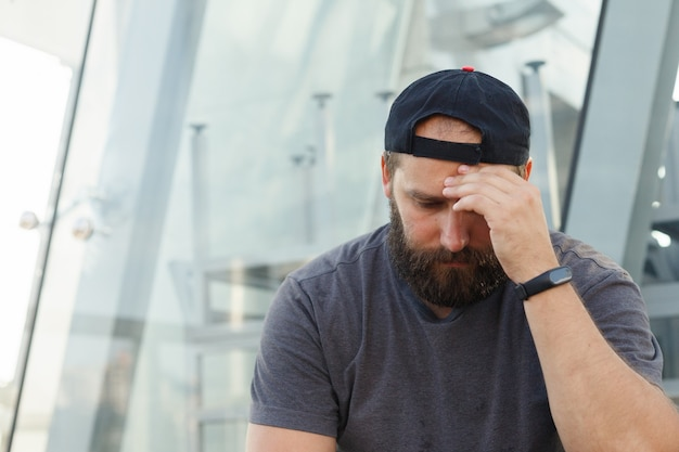 Depressive junge erwachsene nahaufnahme. menschen mit depressiver stimmung können sich traurig, ängstlich, leer, hilflos, wertlos, schuldig, gereizt oder unruhig fühlen.