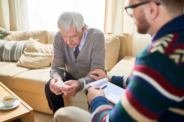 Depressiver älterer mann in der therapie