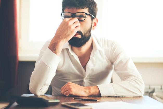 Depressiver geschäftsmann im büro