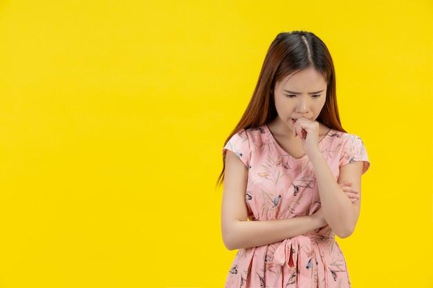 Depressives jugendlich mädchen, das traurigkeit und stress zeigt