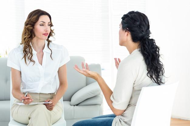 Deprimierte frau, die mit ihrem therapeuten spricht