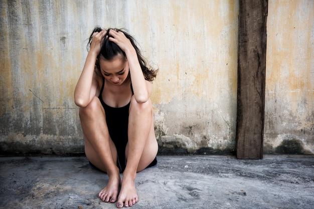 Deprimierte frau im haus