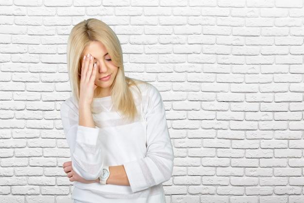 Deprimierte reife frau, die stirn berührt und augen geschlossen hält
