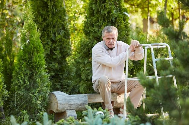 Deprimierter älterer mann mit walker
