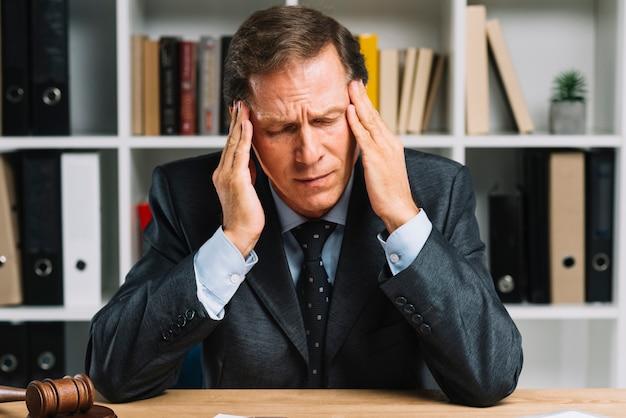 Deprimierter reifer mann, der im gerichtssaal müde sich fühlt