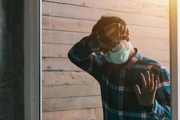 Deprimierter weinender asiatischer geschäftsmann traurig im spiegel mit kopfschmerzen