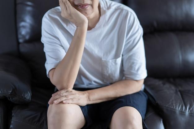 Deprimiertes sitzen der älteren frau