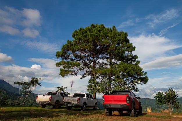 Der 3-pickup-truck, mobilitätsfahrzeuge auf dem boden geparkt es ist ein berggipfel