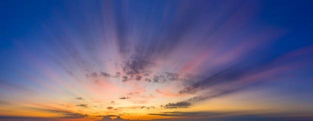 Der abend- oder morgenhimmel wird in einer langzeitbelichtung aufgenommen. verschwommene wolken. panorama.