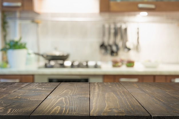 Der abstrakte hintergrund jedoch unscharf. moderne küche mit tischplatte und platz für die präsentation ihrer produkte.