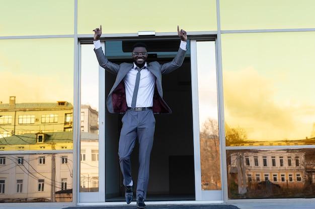 Der afroamerikaner verlässt glücklich das gebäude