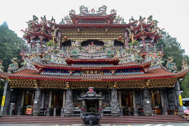 Der alishan shouzhen tempel im alishan nationalpark in taiwan
