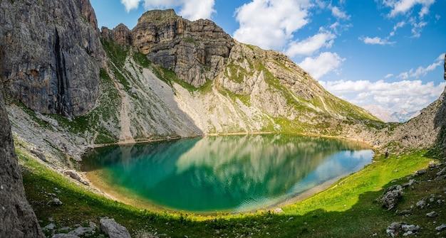 Der alpine boe-see, in der nähe von corvara, in den dolomiten des gadertals