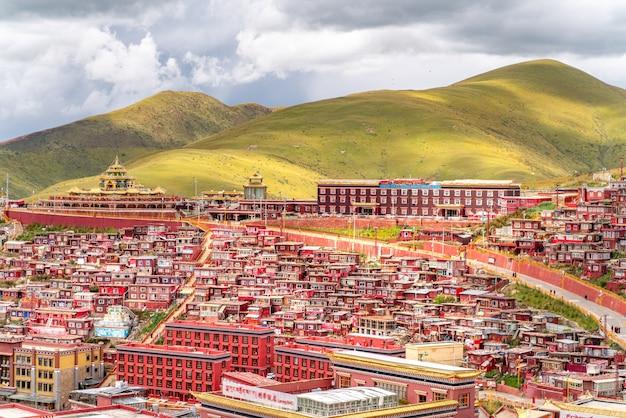Der alte alte buddhistische tempel in den tibetischen bergen