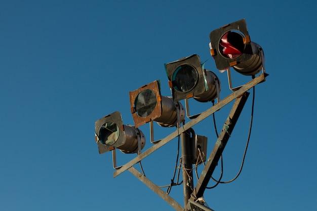 Der alte stand der unterhaltungsmusik und der beleuchtung für die disco gegen den blauen himmel.