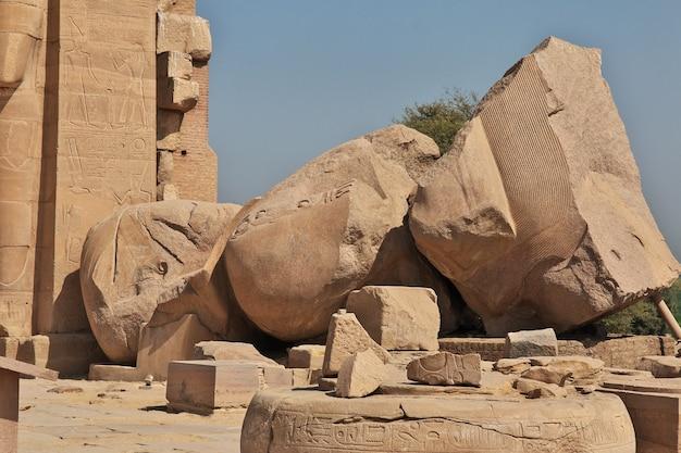 Der alte tempel des ramesseum in luxor ägypten