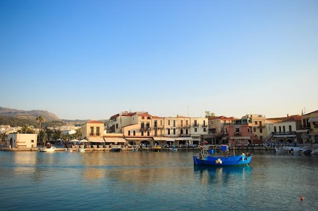 Der alte venezianische hafen in rethymno, kreta, griechenland.