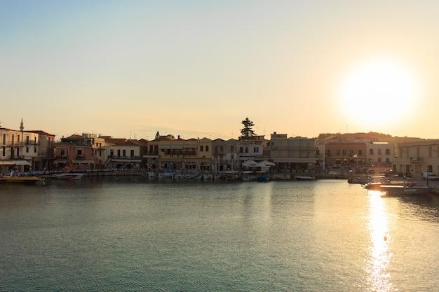 Der alte venezianische hafen in rethymno, kreta
