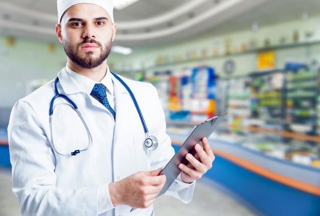 Der apotheker berät in der apotheke zu medikamenten.
