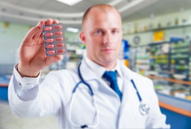 Der apotheker berät zu medikamenten.