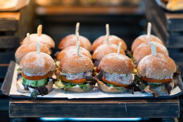 Der appetitliche burger wird in ein leichtes buffet gelegt.
