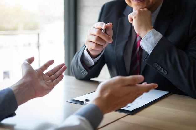Der arbeitgeber, der für ein vorstellungsgespräch ankommt, geschäftsmann hören auf die bewerberantworten, die über sein profil und umgangssprachlichen traumjob, den manager erklären, der im vorstellungsgespräch sitzt, das im büro spricht