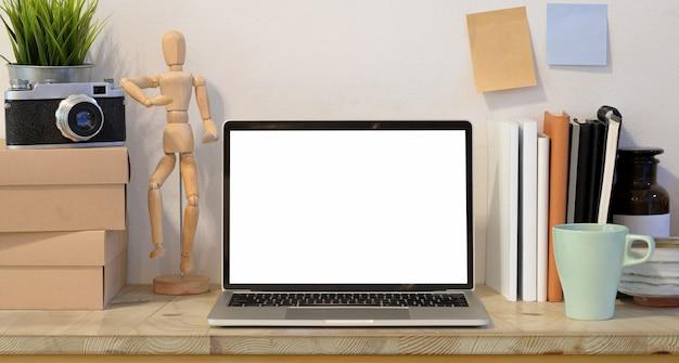 Der arbeitsplatz des fotografen mit offenem laptop des leeren bildschirms