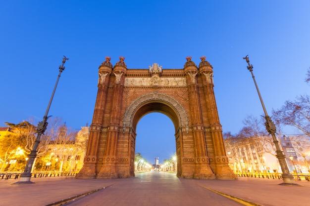 Der arc de triomf in barcelona nachts