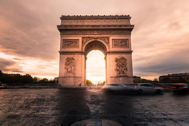 Der arc de triomphe im stadtzentrum von paris
