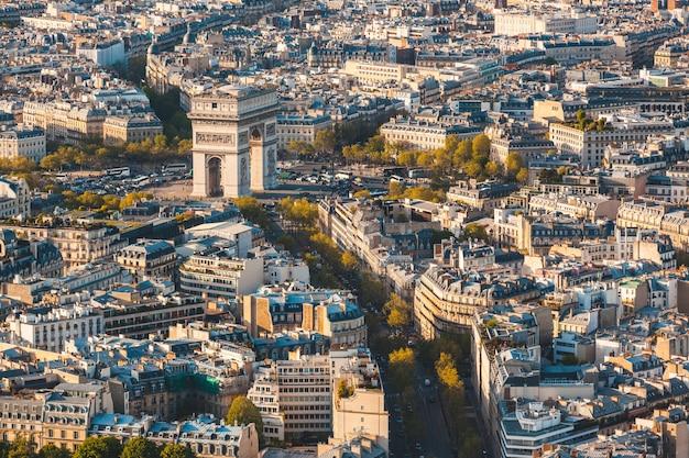 Der arc de triomphe in der paris-luftpanoramablick