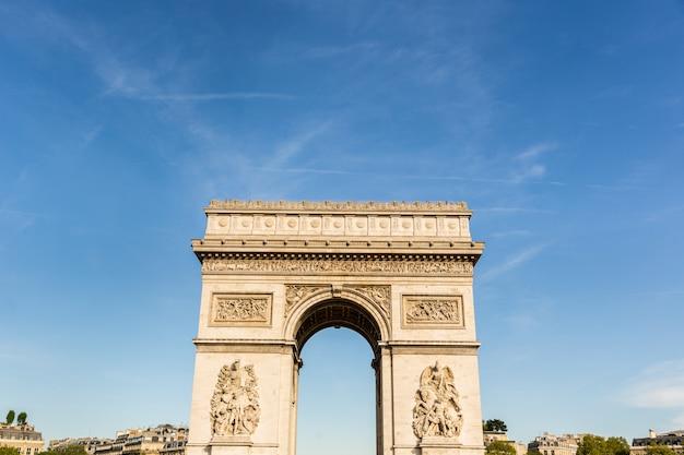 Der arc de triomphe in paris an einem sonnigen tag